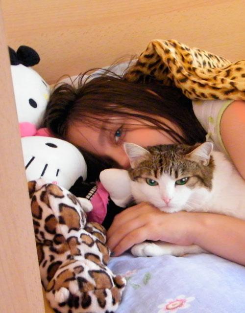 Dimineața pisicilor răsfățate. Enya și Seafina, surprinse de mami! :P